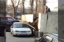 В Воронеже на припаркованную иномарку упала бетонная плита (Фото)