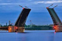 В Петербурге автоледи на внедорожнике переехала Троицкий мост во время разводки