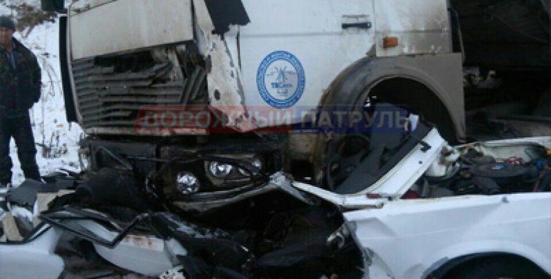 В Башкортостане грузовой автомобиль раздавил легковушку, водитель погиб