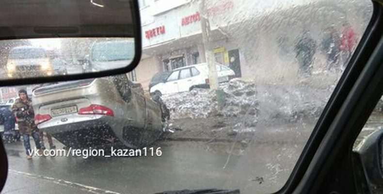 В Казани на улице Чуйкова перевернулась иномарка