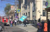В Москве Infiniti снесла рекламную конструкцию на тротуаре (Фото)
