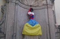 В интернете опубликовали фото «Писающего мальчика» с флагом Украины