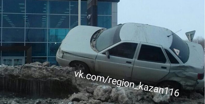 В Казани «Лада» залетела на сугроб, около автосалона «Кан Авто»