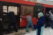 Около Казанского Кремля пассажиры автобуса вытолкали его из сугроба