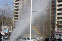 Из-за лопнувшей трубы в Казани забил многометровый фонтан (Видео)
