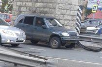 В Казани столкнулись красный автобус и «Шевроле Нива»