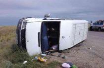 10 человек пострадали при опрокидывании микроавтобуса в Калмыкии