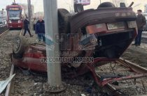 В Казани из-за водителя «Инфинити» на трамвайные рельсы опрокинулась «Лада»