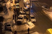 В одном из домов Казани мужчина открыл стрельбу по людям, убив полицейского