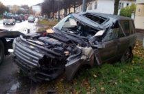 В Йошкар-Оле пьяный водитель на Range Rover врезался в столб и перевернулся