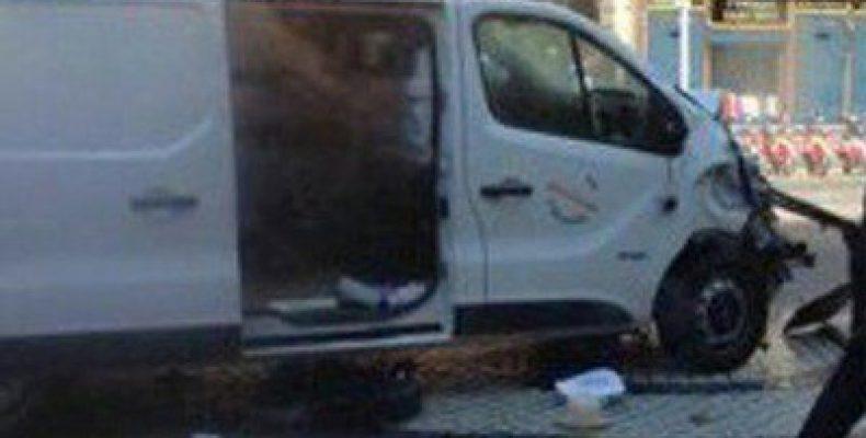 Теракт в Барселоне. Микроавтобус врезался в толпу туристов