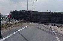 На трассе М-7 в Татарстане опрокинулась фура