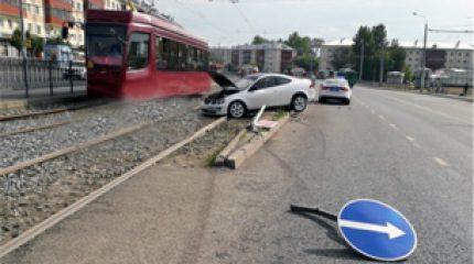 В Казани водитель на «Акуре» снес металлического ограждение и вылетел на трамвайные пути