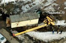 В Ульяновске автокран упал в сантиметрах от тротуара (Фото)