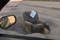 В Казани на улице Магистральная в яму поставили «Кресло мэра»