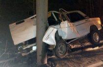 В Челябинске легковушка врезалась в столб, пострадали два человека