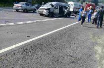 В Чувашии фура врезалась в микроавтобус, три человека погибли и шесть пострадали