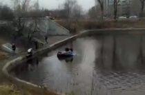 ВИДЕО: В Москве после ДТП утонул BMW, пострадали два человека