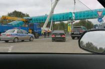 Водитель КАМАЗа с поднятым кузовом снес надземный переход под Казанью