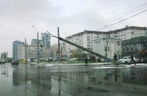 В Казани из-за троллейбуса упали два столба