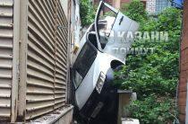 В Казани такси упала с трехметровой высоты