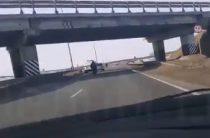 Девушка упала с моста на проезжающий автомобиль в Татарстане