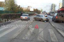 В Красноярске ВАЗ вылетел на «красный», столкнулся с «Нивой» и сбил мальчика (Видео)