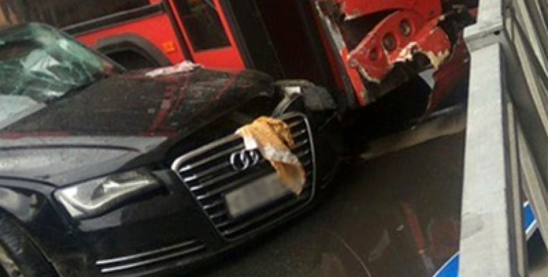 В центре Казани автобус врезался в иномарку, пострадали 6 человек