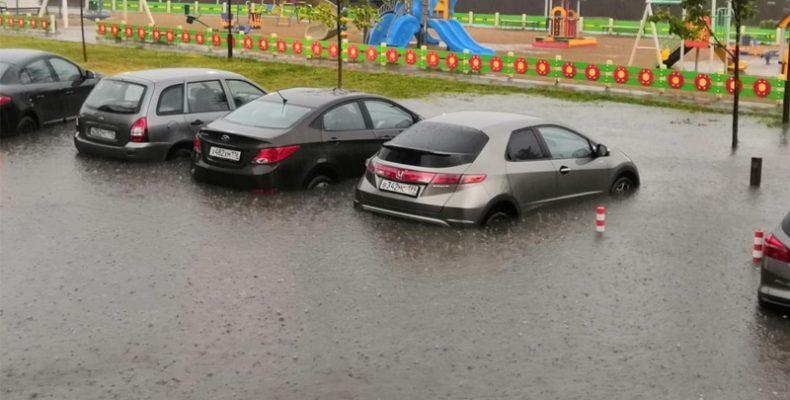 В «Царево Village» затопило припаркованные автомобили