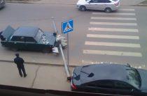 В Казани водитель иномарки сбил светофор