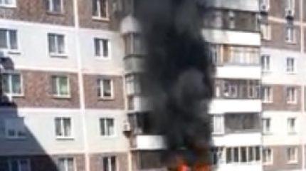 В Казани в многоэтажном доме горела квартира, пожарные не могли проехать из припаркованных машин