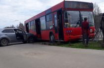 Напротив ТЦ «Горки парк» автобуса, пытаясь избежать наезда на бабушку, снес забор