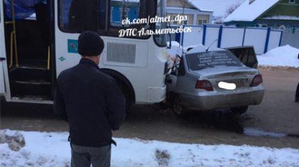 В Альметьевске «Нексия» на «встречке» столкнулась с ПАЗом, водитель легковушки погиб