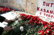 Казанцы несут цветы к станциям казанского метро
