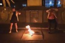 Две студентки на Кубани станцевали возле Вечного огня