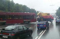 В Казани трамвай сошел с рельсов, перегородив часть проезжей части (Фото)