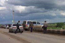 В Башкирии автомобиль полиции едва не упал с моста на железнодорожные пути