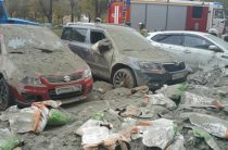 В Казани грузовик с цементом засыпал припаркованные автомобили, врезавшись в столб
