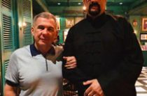 Минниханов опять выложил совместное фото со Стивеном Сигалом