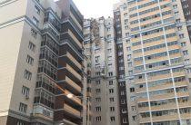 Падение башенного крана на жилой дом в Казани попало на видео