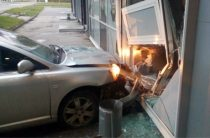 В Чебоксарах «Тойота» врезалась в солон красоты, водитель был пьян