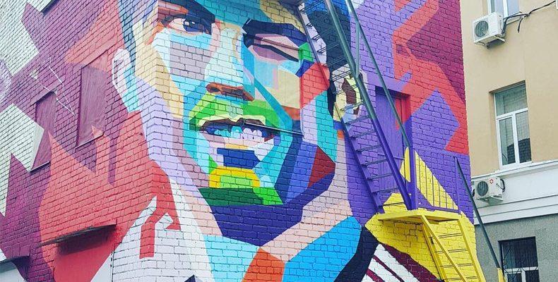 К приезду сборной Португалии в Казани появилось большое граффити с изображением Роналду