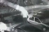 В Казани кучка неадекватных подростков прыгала по припаркованным во дворе машинам