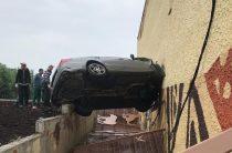 В новом казанском зоопарке «Мерседес» врезался в стену и застрял в ней (Фото)