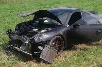 В Татарстане Porsche 911 врезался в «Калину» и разорвал ее на две части